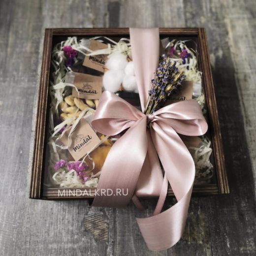 орехи в деревянной коробке